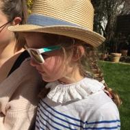Faire ses devoirs au soleil avec sa grande sœur😍 Quel bonheur de voir cette complicité! #bymesange  #colamovible  #soeurs❤️  #bonheur